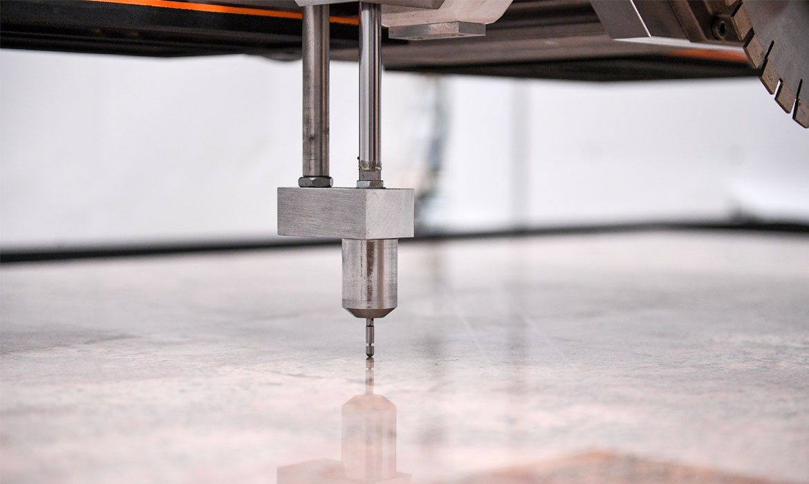 Electronic feeler for automatic measuring of the thickness of the slab